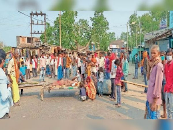 मीनापुर में हादसे के बाद शव को सड़क पर रख कर जाम कर रहे लोग। - Dainik Bhaskar