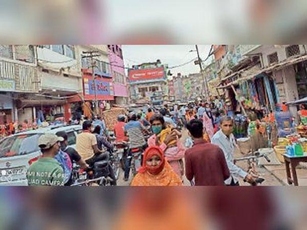 लॉकडाउन की खबर लगते ही सहरसा शहर में आवश्यक समानों की खरीदारी को लेकर मंगलवार की दोपहर बाद अचानक जुट गई भीड़। - Dainik Bhaskar