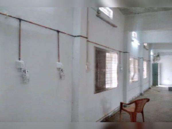 कोविड सेंटरों में इस तरह बिछाई जा रही आक्सीजन सिस्टम की लाइन। - Dainik Bhaskar