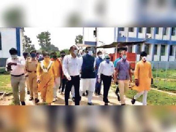 सदर अस्पताल का निरीक्षण करते मंत्री, साथ में डीएम एवं अन्य अधिकारी। - Dainik Bhaskar
