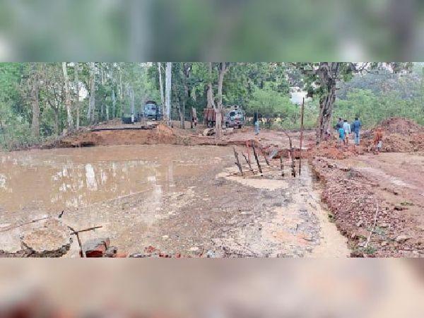 सोमवार की शाम बारिश के बाद एनएच-333 पर क्षतिग्रस्त डायवर्सन और संपर्क भंग होने से खड़ा ट्रक। - Dainik Bhaskar