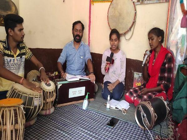 बालोद जिले के चिटौद गांव में संगीत की कक्षा में तबला, हारमोनियम, ऑर्गन की शिक्षा जारी है।