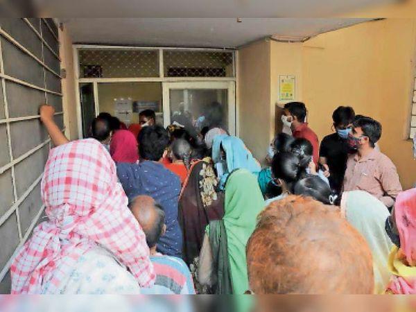 एसके अस्पताल में वैक्सीनेशन के लिए लगी भीड़। इस दौरान कई बार सोशल डिस्टेंस टूटा। - Dainik Bhaskar