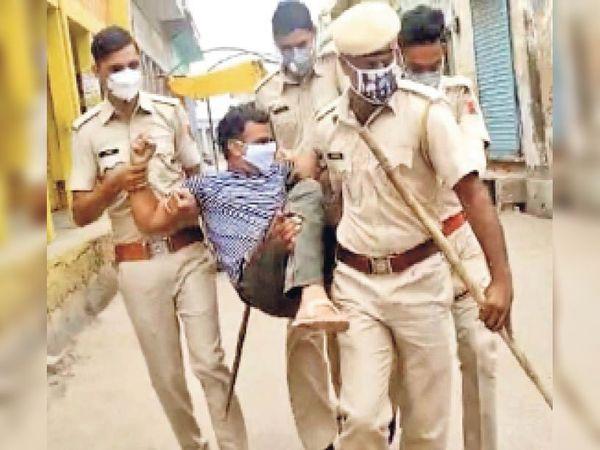 दांतारामगढ़. युवक को पकड़ कर क्वारेंटाइन सेंटर ले जाती पुलिस। - Dainik Bhaskar