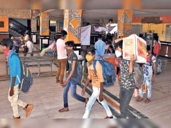 स्टेशन में मुम्बई से पहुंची ट्रेन के यात्री बिना कोरोना जांच के ही बाहर निकल गए। इससे जिले में कोरोना संक्रमण और बढ़ने का खतरा है। - Dainik Bhaskar