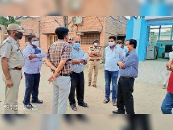 बालोतरा. राजकीय नाहटा अस्पताल में निरीक्षण करते संभागीय आयुक्त। - Dainik Bhaskar