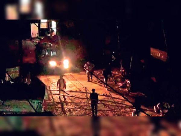 नवगछिया में बैरिकेडिंग को हटाता विधायक गोपाल मंडल का गार्ड। - Dainik Bhaskar