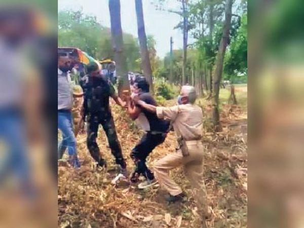 आरोपी युवक को थाने ले जाती पुलिस। - Dainik Bhaskar