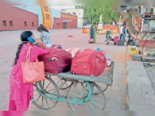 स्टेशन पर महिला काे घर जाने के लिए काेई साधन नहीं मिला ताे परिजन बुलाया। - Dainik Bhaskar
