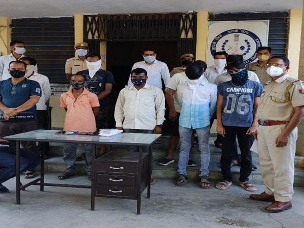 पुलिस गिरफ्त में सभी आरोपी। - Dainik Bhaskar