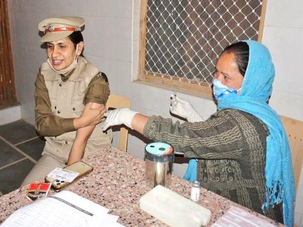 नागौर में SP श्वेता धनखड़ ने फरवरी में लगवाई थी कोरोना वैक्सीन। - Dainik Bhaskar