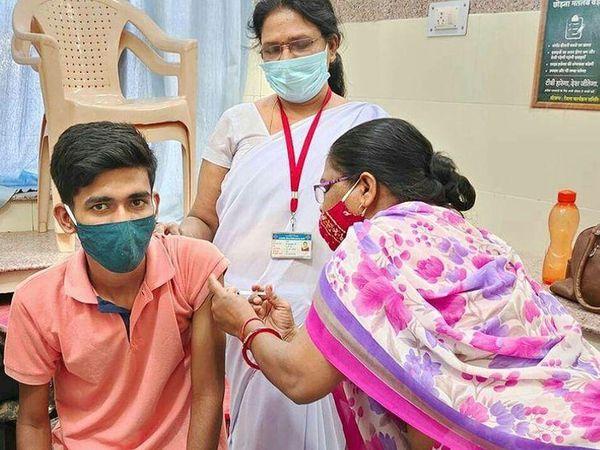 वैक्सीन लगवाने पहुंच रहे युवा। - Dainik Bhaskar