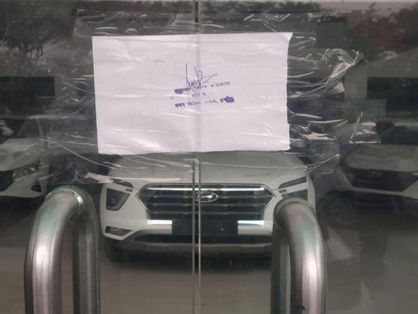 कालानी नगर में सुरजीत हुंडई शो रूम में पीछे के दरवाजे से बिक रही थी कार। - Dainik Bhaskar