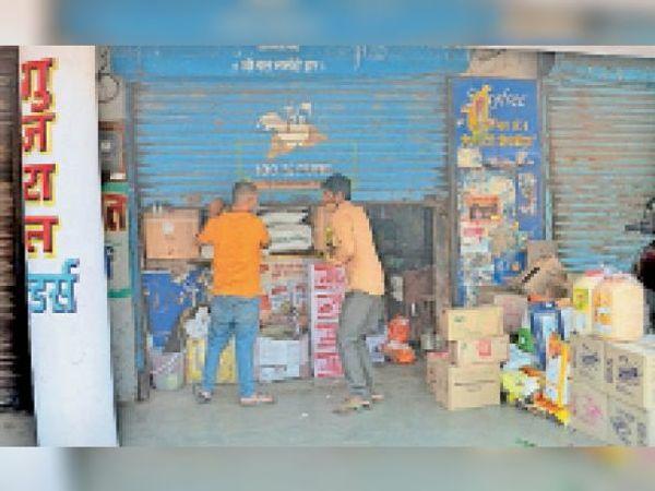 इतवारा बाजार में व्यापारी इस तरह आधे शटर खोलकर व्यापार करते रहे। - Dainik Bhaskar