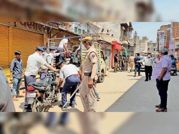 जब्त बाइकों को लोडर में रखवाकर पुलिस लाइन भेजती पुलिस। - Dainik Bhaskar