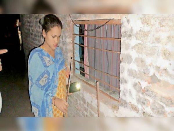 चौकीदार के घर की खिड़की के सरिए निकाल घुसे थे बदमाश। - Dainik Bhaskar