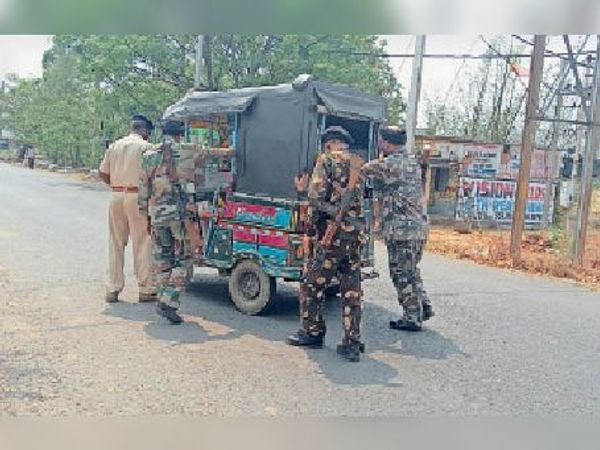 दुर्घटनाग्रस्त ऑटो को ले जाती पुलिस। - Dainik Bhaskar