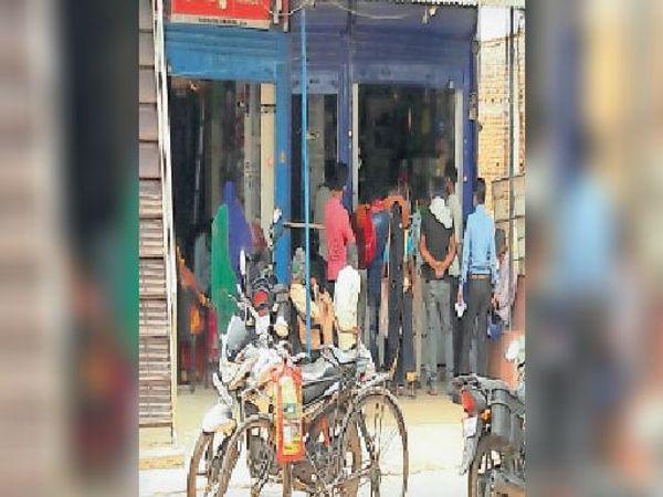 दवा दुकान के बाहर जुटी खरीदारों की भीड़। - Dainik Bhaskar