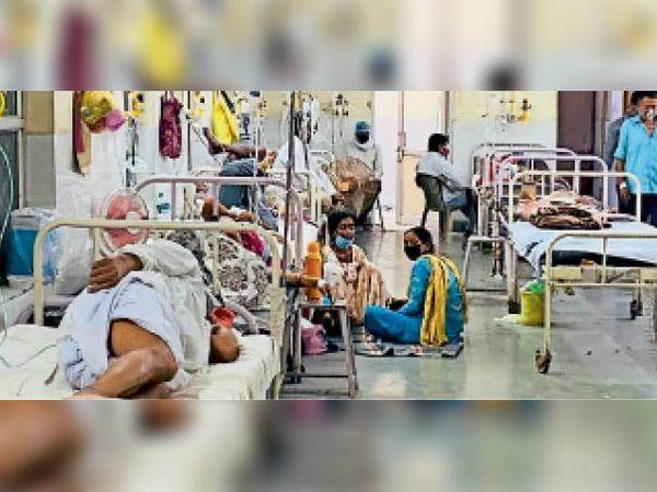 बारां। जिला अस्पताल के आइसोलेशन वार्ड में भर्ती मरीज। यहां अब बेड कम पड़ने लगे हैं। - Dainik Bhaskar