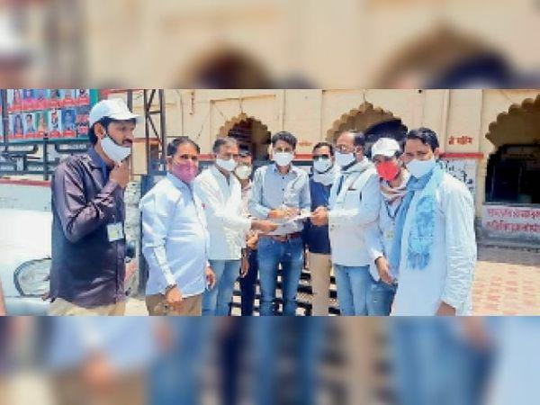 बारां. कब्रिस्तान रोड व ईदगाह रोड की साफ-सफाई को लेकर नगर परिषद आयुक्त को ज्ञापन देते प्रतिनिधि। - Dainik Bhaskar