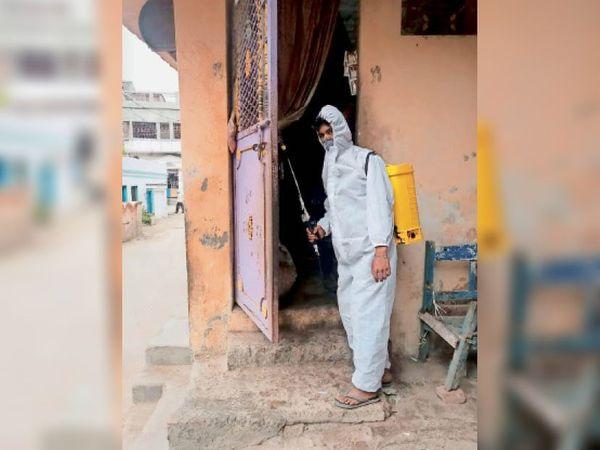 शिवगंज में घर को सेनेटाइज करता नप कर्मी। - Dainik Bhaskar