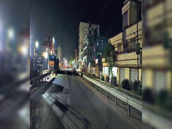 शाम 6:30 बजे शहर के हरिवाटिका से स्टेशन चौक जाने वाली सड़क दिखी सुनसान। - Dainik Bhaskar
