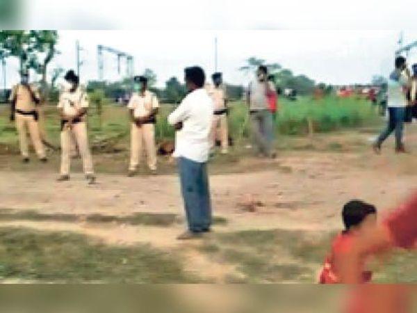 मृतक के घर के पास मौजूद पुलिस जवान। - Dainik Bhaskar