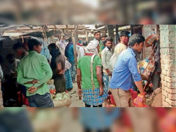 सब्जी मंडी बगहा मीना बाजार में उमड़ी लोगों की भीड़। - Dainik Bhaskar
