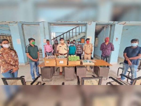 रामनगर थाना परिसर में वितरण में शामिल एसडीपीओ व अन्य। - Dainik Bhaskar