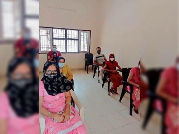 कोरोना वैक्सीन लगवाने के लिए सोशल डिस्टेंस में बैठकर इंतजार करते युवा। - Dainik Bhaskar