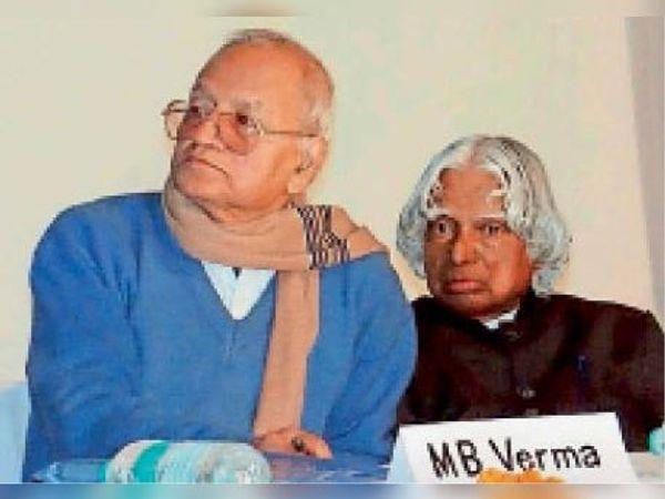 राष्ट्रपति डॉ. कलाम के साथ मानस बिहारी वर्मा (फाइल फोटो)। - Dainik Bhaskar