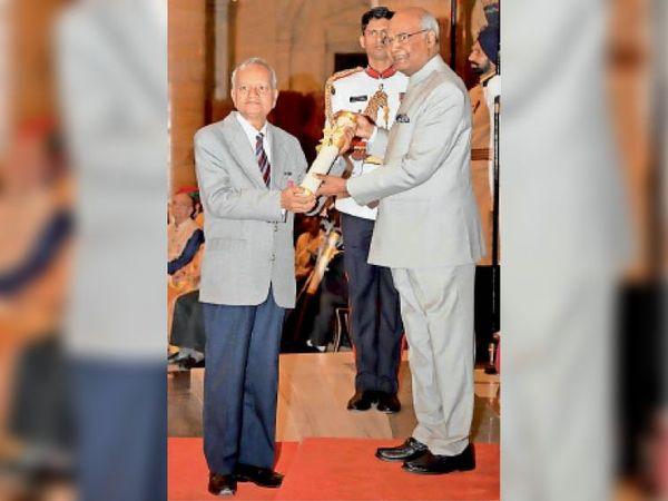 वैज्ञानिक डॉ. मानस बिहारी वर्मा को पद्मश्री  से सम्मानित करते राष्ट्रपति रामनाथ कोविंद। - Dainik Bhaskar