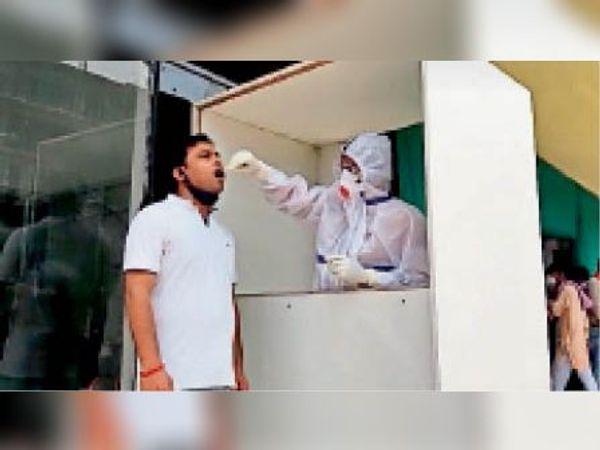 डीएमसीएच में कोरोना की जांच कराता युवक। - Dainik Bhaskar