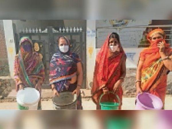 लालसोट | प्रताप नगर कॉलोनी में गहराते पेयजल संकट से त्रस्त महिलाएं। - Dainik Bhaskar