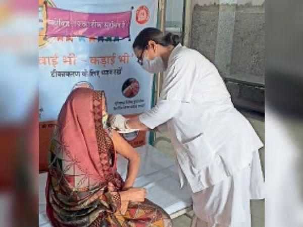 बांदीकुई| अस्पताल में वैक्सीन लगाती नर्स। - Dainik Bhaskar