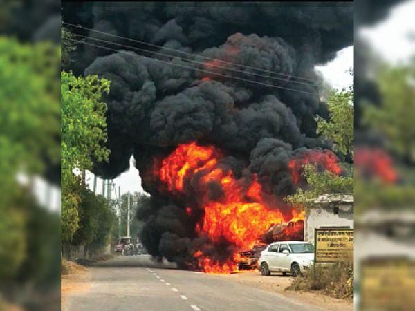 गांव बुवान में तारपीन तेल के पंप के पास पिकअप गाड़ी में लगी आग - Dainik Bhaskar