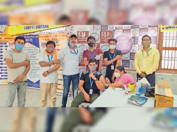 वैक्सीनेशन के करवाते हुए युवक। - Dainik Bhaskar