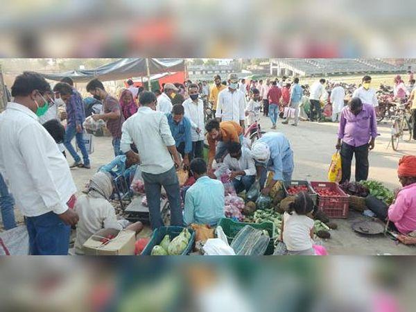 सब्जी मंडी में उमड़ी भीड़। - Dainik Bhaskar