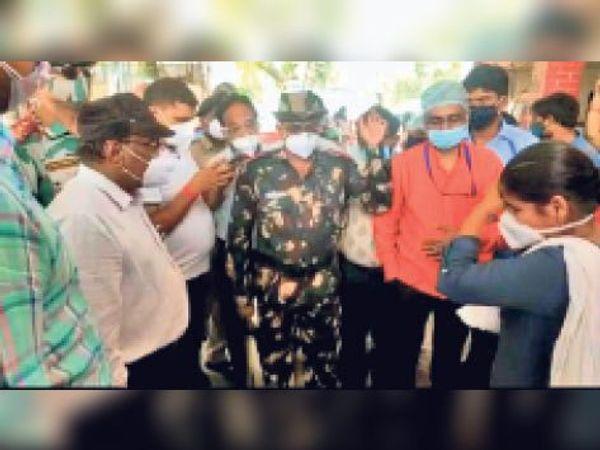 डॉक्टर व स्वास्थ्यकर्मी  को समझाते सीएस व पहुंची पुलिस। - Dainik Bhaskar