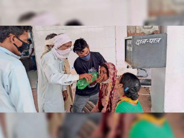 अग्रोहा में ऑक्सीजन की कमी के चलते युवक के गाड़ी में मौत के बाद विलाप करते हुए परिजन - Dainik Bhaskar