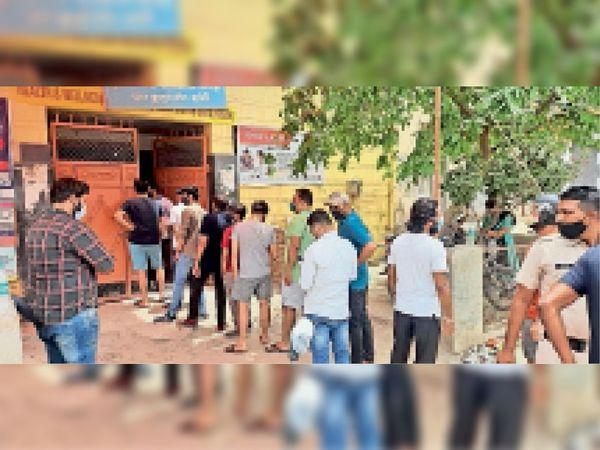पीएचसी चार कुतुब में वैक्सीन लगवाने के लिए पहुंचे लोग और मौके पर तैनात पुलिस। - Dainik Bhaskar