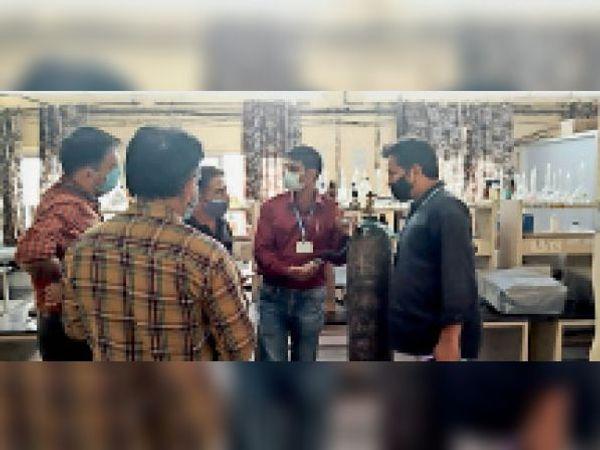 खेदड़ पावर प्लांट में इंजीनियर काे लेकर पहुंचे पार्षद अमित ग्राेवर। - Dainik Bhaskar