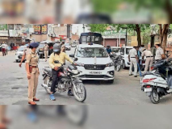 लॉकडाउन के दौरान डाबड़ा चौक पर एएसपी उपासना ने आते जाते वाहन चालकों से पूछताछ की, जो बिना काम घूमते मिले उनके खिलाफ कार्यवाही की। - Dainik Bhaskar