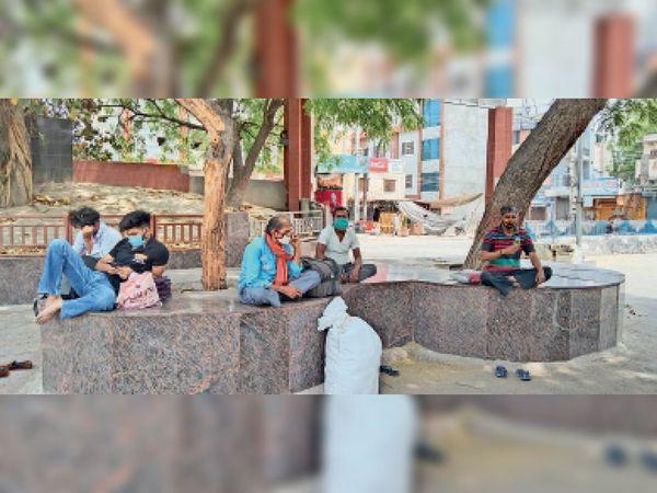 हिसार रेलवे स्टेशन पर घर जाने के लिए बैठे यूपी बिहार के मजदूर। - Dainik Bhaskar