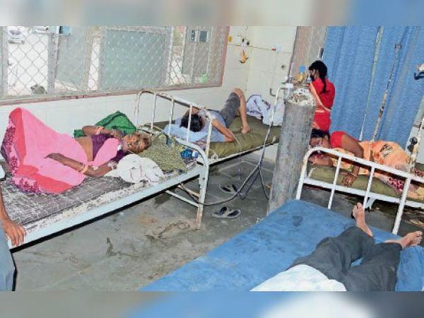 झालावाड़. जिला अस्पताल के कोरोना वार्ड में एक ऑक्सीजन सिलेंडर से तीन की चल रही सांसें। - Dainik Bhaskar