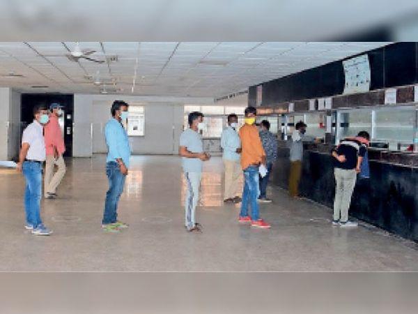 झालावाड़. एसआरजी अस्पताल के कोविड रजिस्ट्रेशन काउंटर पर टिकट के लाइन में लोग। - Dainik Bhaskar