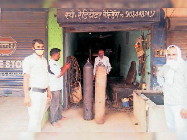 नगूरां में ऑक्सीजन सिलेंडर के साथ जिला प्रशासन द्वारा गठित कमेटी के सदस्य। - Dainik Bhaskar