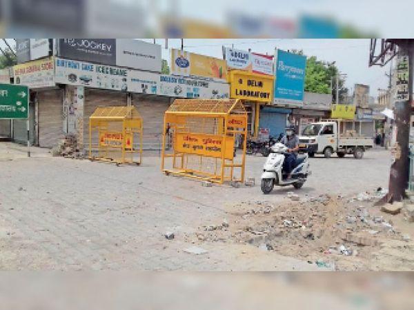 बाल भवन रोड पर पुलिस द्वारा लगाया गया नाका। - Dainik Bhaskar