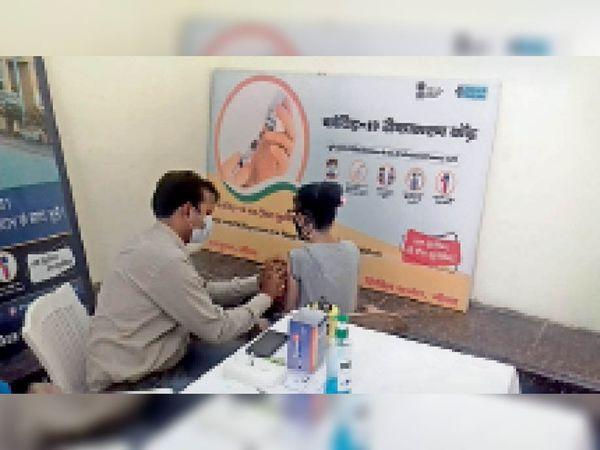 सिविल अस्पताल में वैक्सीन लगवाती युवती। - Dainik Bhaskar