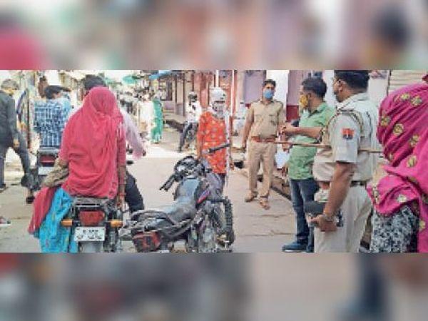 गुढ़ाचन्द्रजी|रेड अलर्ट जन अनुशासन पखवाड़े में कस्बे में मोटर साइकिल लेकर घूमते लोगों की बाइक जप्त करते पुलिस चौकी प्रभारी कैलाश चंद्र ओर पुलिस के जवान। - Dainik Bhaskar
